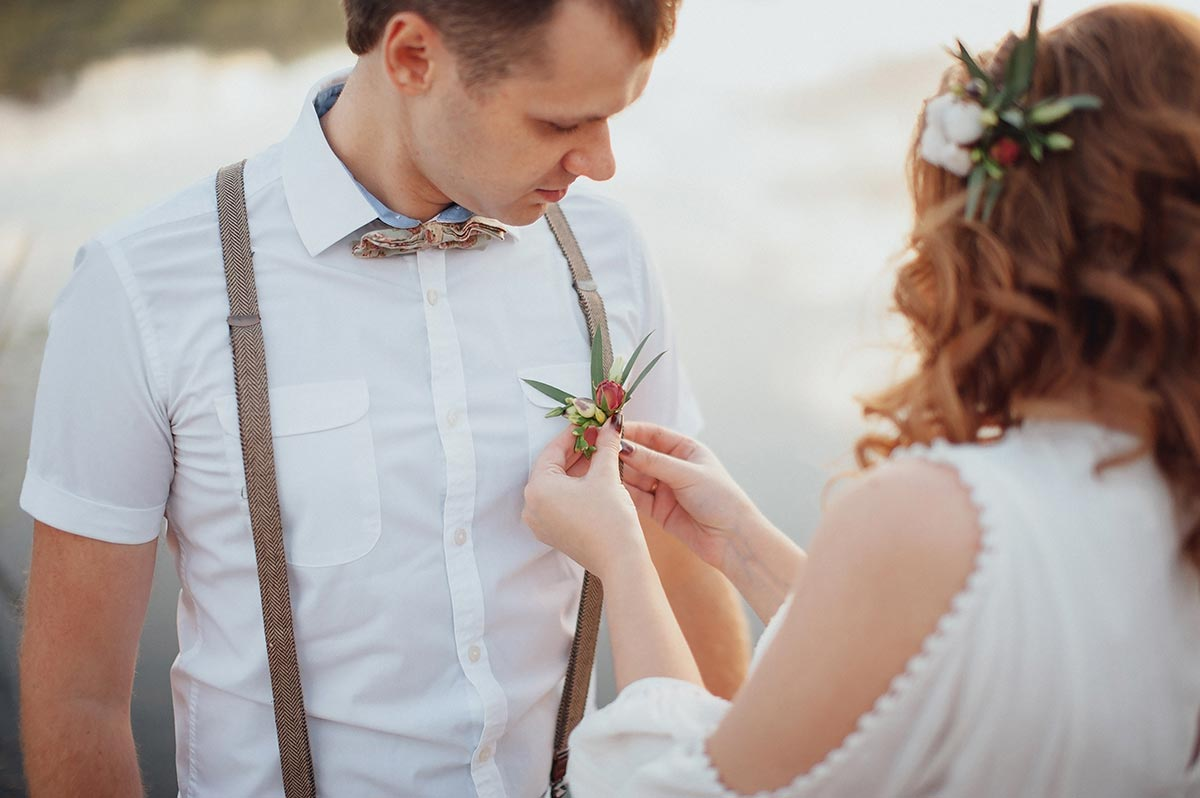 Groom with suspenders and boho boutonnière
